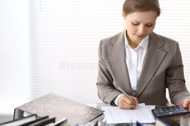 Πορτρέτο του θηλυκού λογιστή ή του οικονομικού επιθεωρητή που κάνει την έκθεση, που υπολογίζει ή που ελέγχει την ισορροπία Διαστη στοκ εικόνα με δικαίωμα ελεύθερης χρήσης