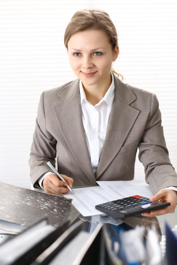 Πορτρέτο του θηλυκού λογιστή ή του οικονομικού επιθεωρητή που κάνει την έκθεση, που υπολογίζει ή που ελέγχει την ισορροπία Διαστη στοκ εικόνες