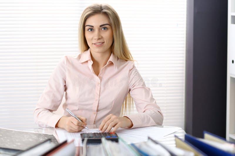 Πορτρέτο του θηλυκού λογιστή ή του οικονομικού επιθεωρητή που κάνει την έκθεση, που υπολογίζει ή που ελέγχει την ισορροπία Διαστη στοκ φωτογραφία με δικαίωμα ελεύθερης χρήσης