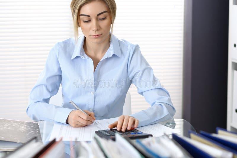 Πορτρέτο του θηλυκού λογιστή ή του οικονομικού επιθεωρητή που κάνει την έκθεση, που υπολογίζει ή που ελέγχει την ισορροπία Διαστη στοκ εικόνα