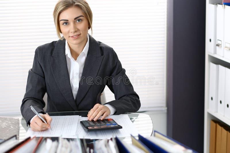 Πορτρέτο του θηλυκού λογιστή ή του οικονομικού επιθεωρητή που κάνει την έκθεση, που υπολογίζει ή που ελέγχει την ισορροπία Διαστη στοκ φωτογραφία