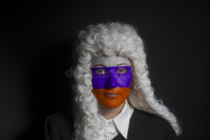 Πορτρέτο του θηλυκού ρωσικού δικηγόρου με τη χρωματισμένη ρωσική σημαία στοκ εικόνα