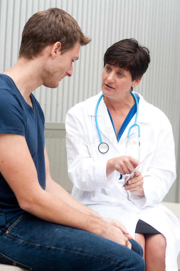 Πορτρέτο του θηλυκού γιατρού με τον ασθενή στοκ εικόνα με δικαίωμα ελεύθερης χρήσης