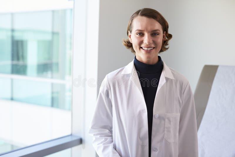 Πορτρέτο του θηλυκού γιατρού που φορά το άσπρο παλτό στο δωμάτιο διαγωνισμών στοκ εικόνες