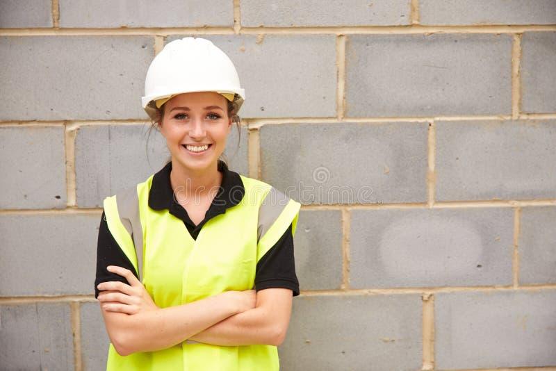 Πορτρέτο του θηλυκού εργάτη οικοδομών για το εργοτάξιο στοκ φωτογραφία