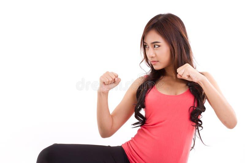 πορτρέτο του θηλυκού μαχητή, μπόξερ που θέτει τη θέση πάλης στοκ εικόνες