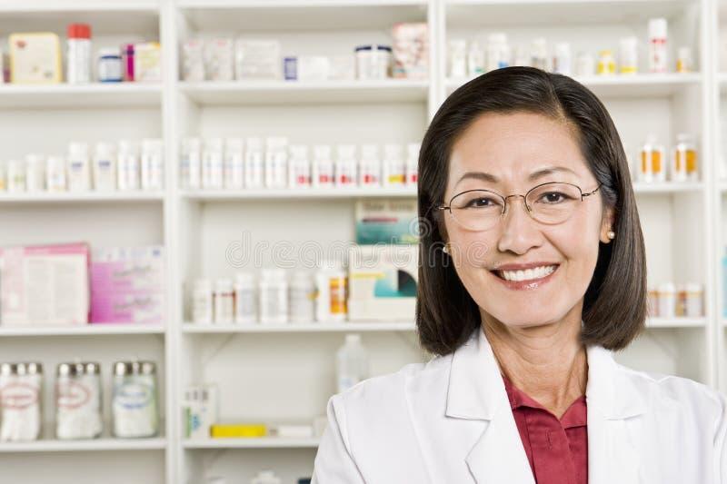 Πορτρέτο του θηλυκού χαμόγελου φαρμακοποιών στοκ φωτογραφίες με δικαίωμα ελεύθερης χρήσης