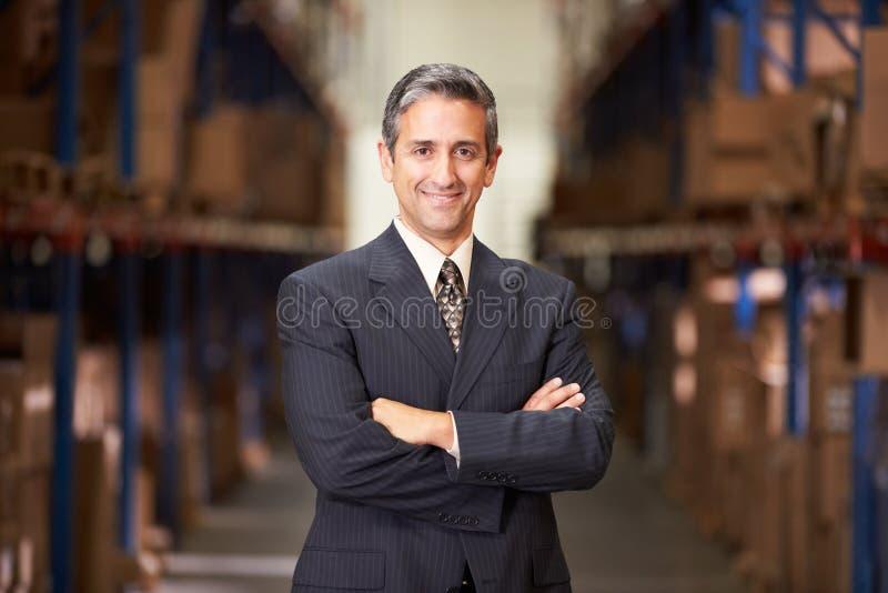 Πορτρέτο του διευθυντή στην αποθήκη εμπορευμάτων στοκ φωτογραφίες