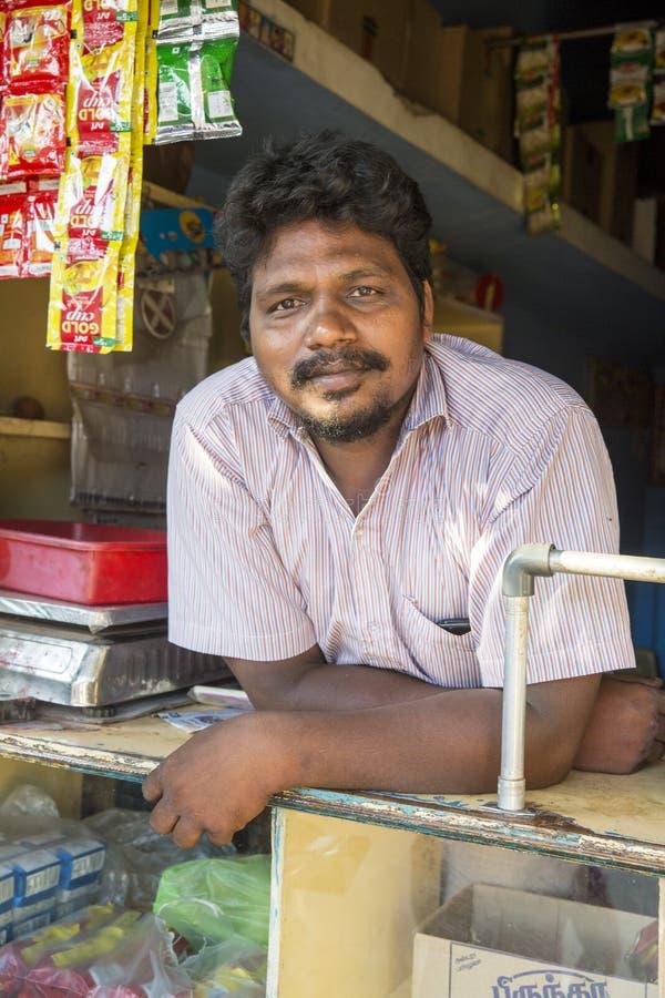 Πορτρέτο του ινδικού ιερού ατόμου με το τοπικό κατάστημα στοκ φωτογραφία με δικαίωμα ελεύθερης χρήσης