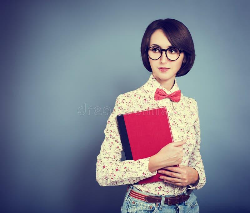 Πορτρέτο του καθιερώνοντος τη μόδα κοριτσιού Hipster με ένα βιβλίο στοκ εικόνα με δικαίωμα ελεύθερης χρήσης
