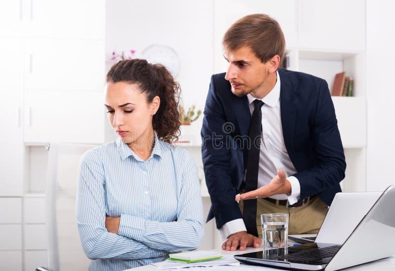 Πορτρέτο του κατάχρησης της γυναίκας από τον κύριο άνδρα λόγω της επιχείρησης υπέρ στοκ φωτογραφίες