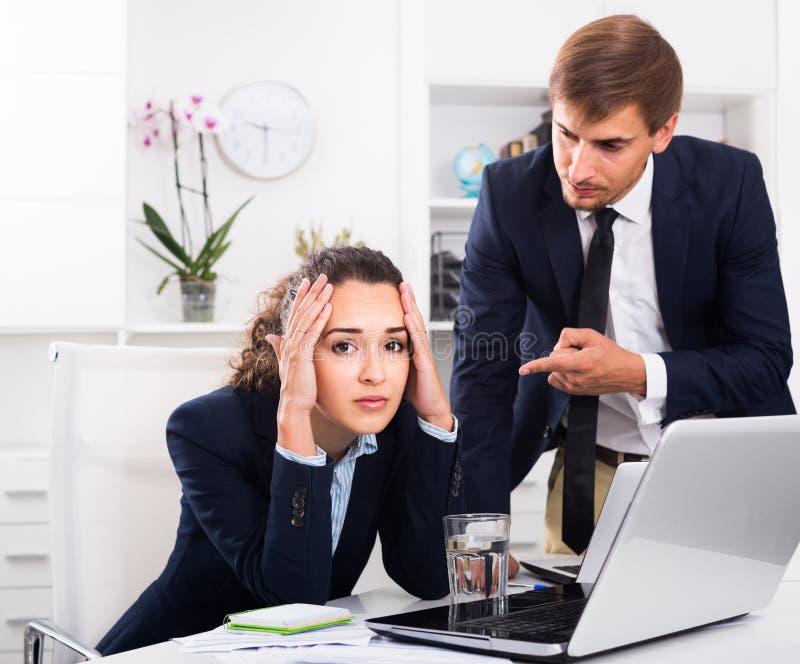 Πορτρέτο του κατάχρησης της γυναίκας από τον κύριο άνδρα λόγω της επιχείρησης υπέρ στοκ φωτογραφία με δικαίωμα ελεύθερης χρήσης