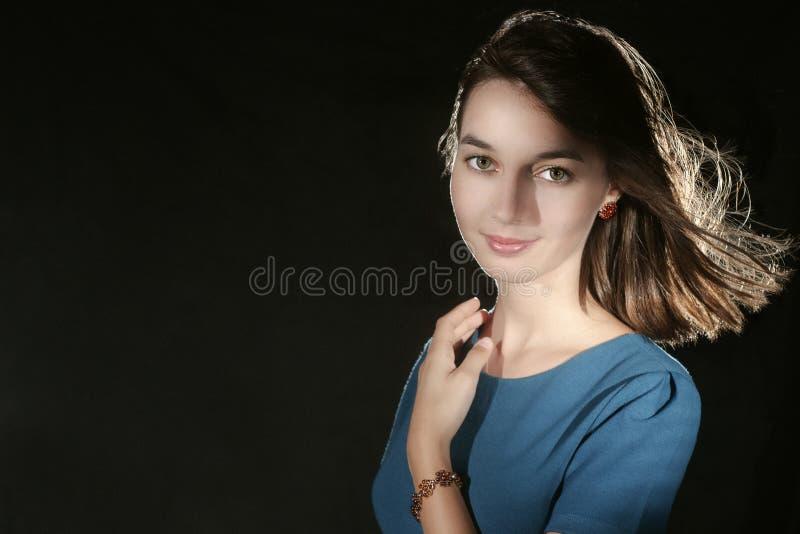 Πορτρέτο του καυκάσιου κοριτσιού ομορφιάς με το ηλέκτρινα βραχιόλι και τα σκουλαρίκια στοκ φωτογραφία με δικαίωμα ελεύθερης χρήσης
