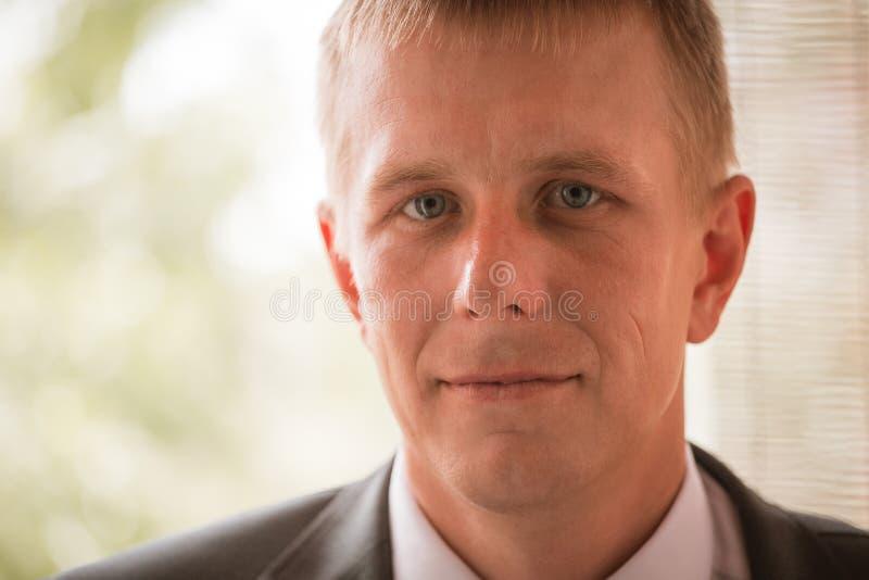 Πορτρέτο του καυκάσιου μέσος-ενήλικου νεόνυμφου στοκ εικόνες