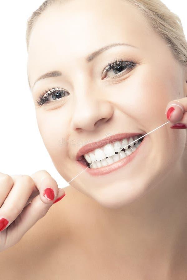 Πορτρέτο του καυκάσιου οδοντικού νήματος εκμετάλλευσης γυναικών στοκ φωτογραφία