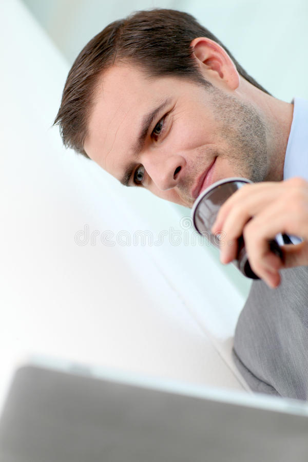 Πορτρέτο του καφέ κατανάλωσης επιχειρηματιών στοκ φωτογραφίες με δικαίωμα ελεύθερης χρήσης