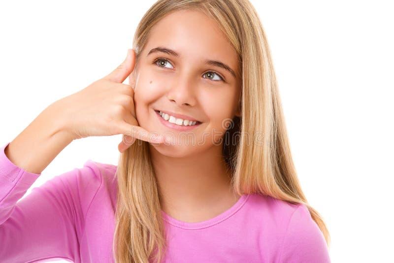Πορτρέτο του καλού νέου κοριτσιού που παίρνει μια κλήση εγώ χειρονομία απομονωμένος στοκ φωτογραφία