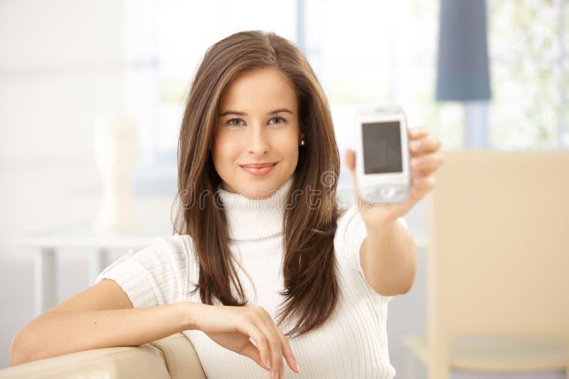 Πορτρέτο του κινητού τηλεφώνου εκμετάλλευσης γυναικών στοκ εικόνες