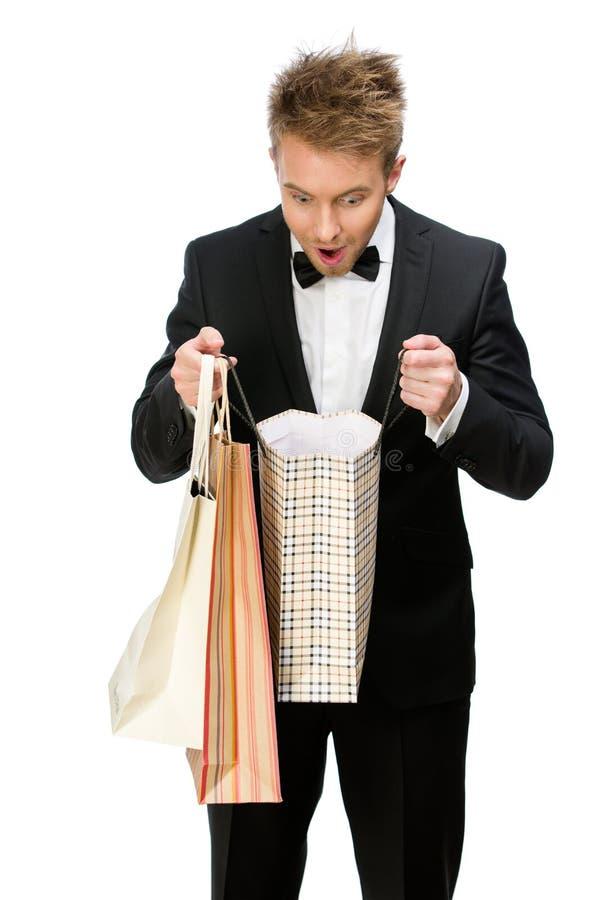 Πορτρέτο του κοιτάγματος επιχειρηματιών στις τσάντες αγορών στοκ εικόνα