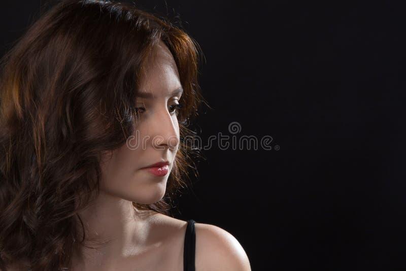 Πορτρέτο του κοιτάγματος κάτω από τη νέα γυναίκα στοκ εικόνες με δικαίωμα ελεύθερης χρήσης
