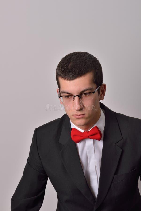 Πορτρέτο του κομψού νέου ατόμου μόδας στη μαύρη τοποθέτηση σμόκιν στοκ φωτογραφία με δικαίωμα ελεύθερης χρήσης
