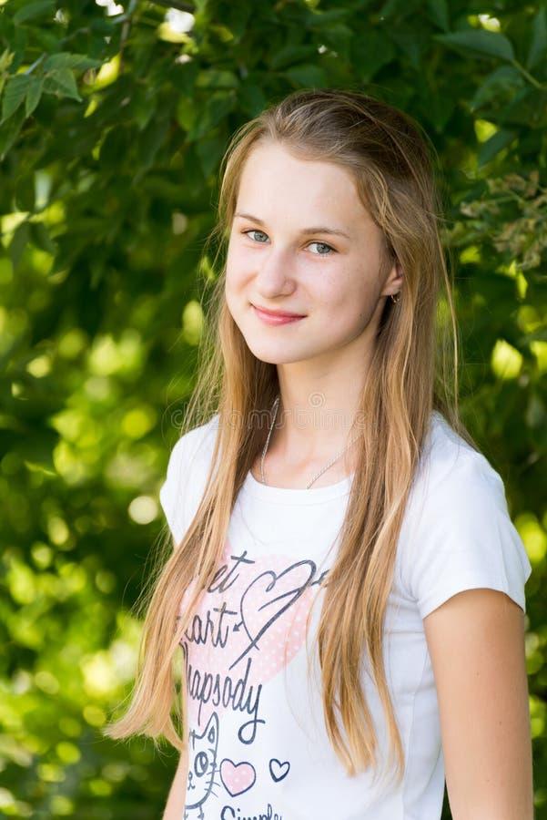Πορτρέτο του κοριτσιού 14 έτη στη φύση στοκ εικόνες