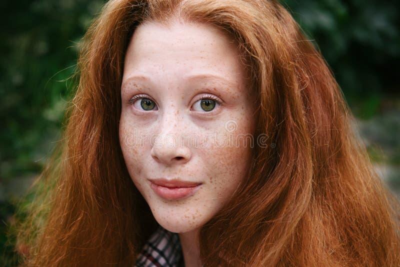 Πορτρέτο του κοριτσιού εφήβων με την κόκκινες τρίχα και τις φακίδες στοκ εικόνα με δικαίωμα ελεύθερης χρήσης