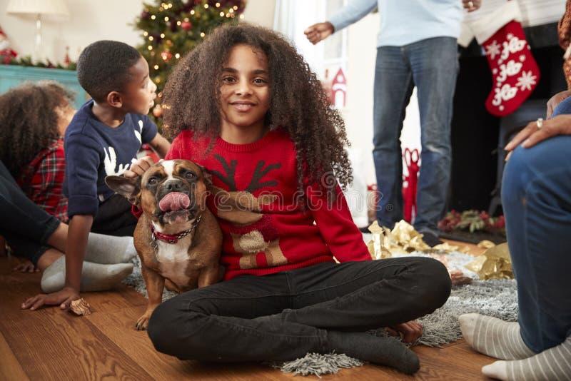 Πορτρέτο του κοριτσιού με οικογενειακά Χριστούγεννα εορτασμού μπουλντόγκ της Pet τα γαλλικά στο σπίτι από κοινού στοκ φωτογραφίες