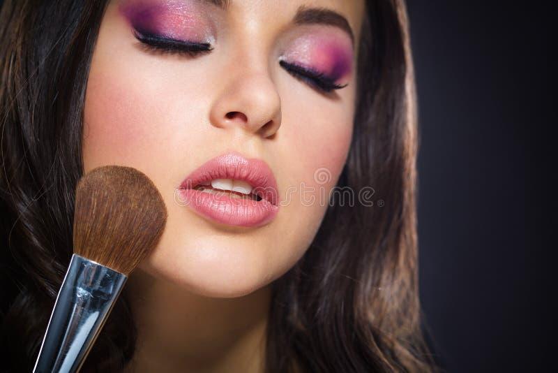 Πορτρέτο του κοριτσιού με τις ιδιαίτερες προσοχές που εφαρμόζουν τη φωτεινή σύνθεση στοκ φωτογραφία
