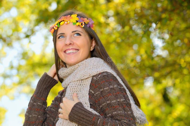 Πορτρέτο του κοριτσιού με το στεφάνι στο κεφάλι στοκ εικόνες με δικαίωμα ελεύθερης χρήσης