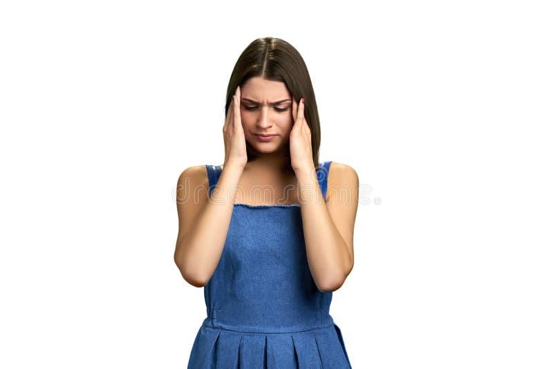 Πορτρέτο του κοριτσιού με το φοβερό πονοκέφαλο στοκ φωτογραφίες με δικαίωμα ελεύθερης χρήσης