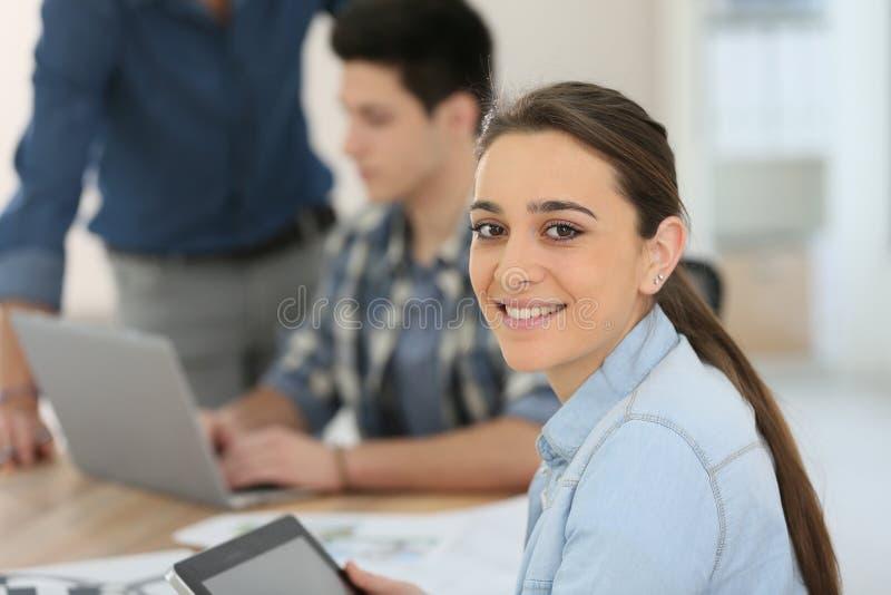 Πορτρέτο του κοριτσιού σπουδαστών που χρησιμοποιεί την ψηφιακή ταμπλέτα στοκ εικόνα με δικαίωμα ελεύθερης χρήσης
