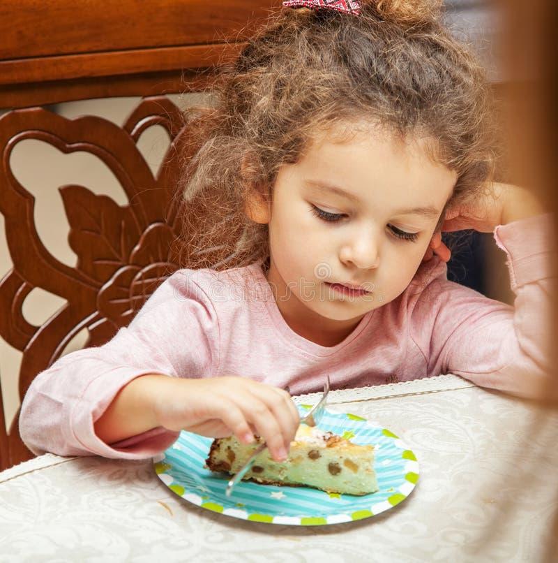 Πορτρέτο του κοριτσιού στον πίνακα γευμάτων στοκ φωτογραφίες