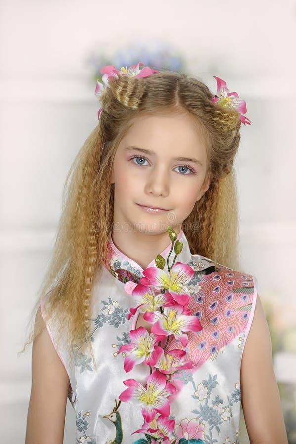 Πορτρέτο του κοριτσιού στο ασιατικό φόρεμα ύφους στοκ εικόνες με δικαίωμα ελεύθερης χρήσης
