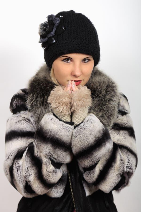 Πορτρέτο του κοριτσιού στο θερμό παλτό καπέλων και γουνών στοκ φωτογραφίες με δικαίωμα ελεύθερης χρήσης