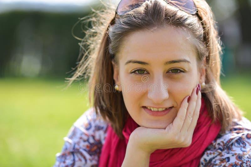 Πορτρέτο του κοριτσιού brunette την ηλιόλουστη ημέρα άνοιξης ή καλοκαιριού στο πάρκο στοκ εικόνα
