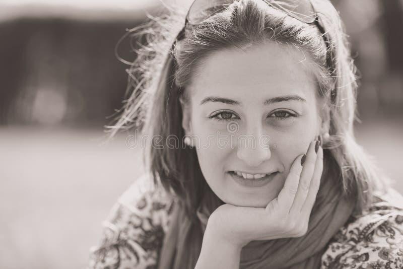 Πορτρέτο του κοριτσιού brunette την ηλιόλουστη ημέρα άνοιξης ή καλοκαιριού στο πάρκο στοκ εικόνες