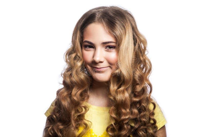 Πορτρέτο του κοριτσιού smiley με το κυματιστό hairstyle και την κίτρινη μπλούζα στοκ εικόνα με δικαίωμα ελεύθερης χρήσης
