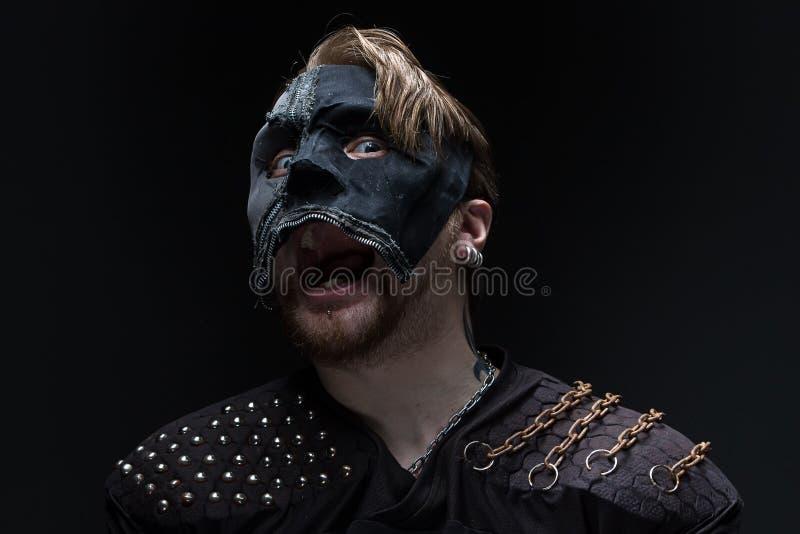 Πορτρέτο του κραυγάζοντας ξανθού ατόμου στη μάσκα στοκ φωτογραφίες