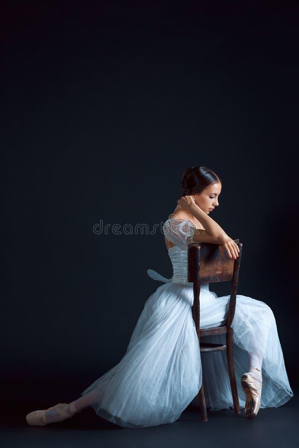 Πορτρέτο του κλασσικού ballerina στο άσπρο φόρεμα στο μαύρο υπόβαθρο στοκ φωτογραφία