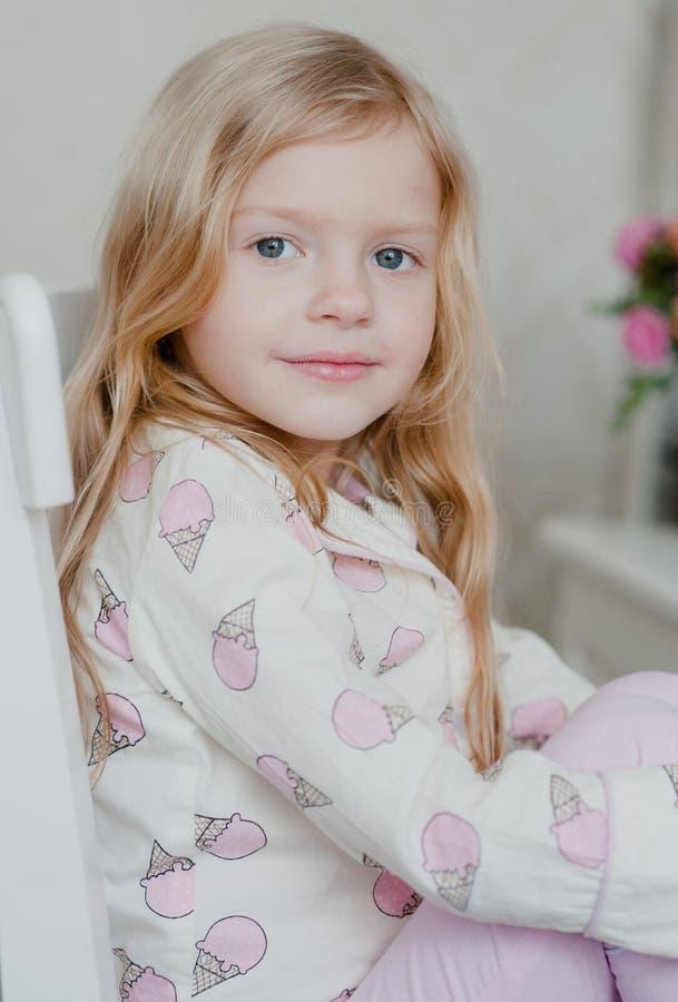 Πορτρέτο του λίγο ξανθού κοριτσιού με τη χαλαρή τρίχα στοκ φωτογραφία με δικαίωμα ελεύθερης χρήσης