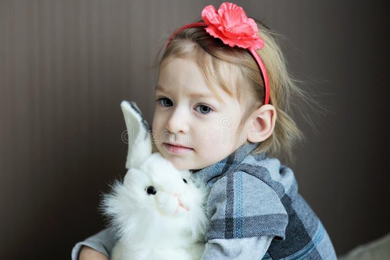 Πορτρέτο του λατρευτού μωρού με headband λουλουδιών στοκ εικόνα