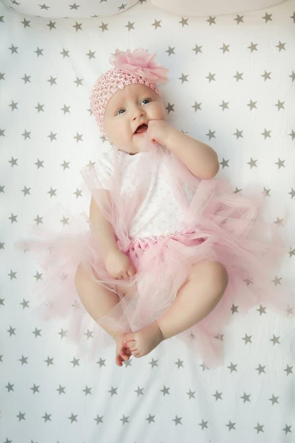 Πορτρέτο του λατρευτού μωρού στη χνουδωτή ρόδινη φούστα στο ελαφρύ υπόβαθρο Αγάπη μωρών στοκ εικόνες με δικαίωμα ελεύθερης χρήσης