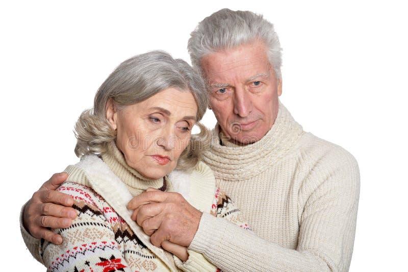 Πορτρέτο του λυπημένου ανώτερου αγκαλιάσματος ζευγών που απομονώνεται στο άσπρο υπόβαθρο στοκ εικόνες