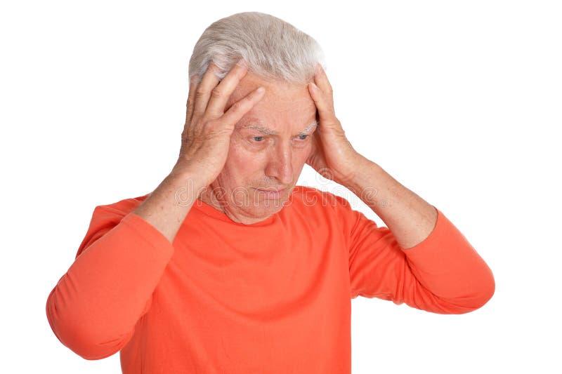 Πορτρέτο του λυπημένου ανώτερου ατόμου με τον πονοκέφαλο στο άσπρο υπόβαθρο στοκ εικόνες