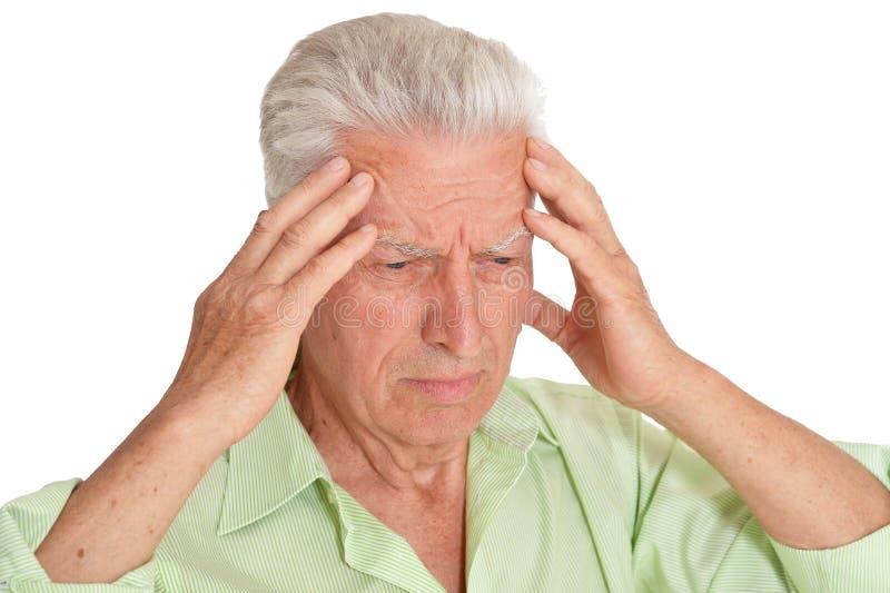 Πορτρέτο του λυπημένου ανώτερου ατόμου με τον πονοκέφαλο στο άσπρο υπόβαθρο στοκ φωτογραφίες με δικαίωμα ελεύθερης χρήσης