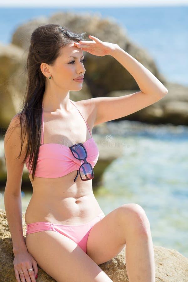 Πορτρέτο του μακρυμάλλους brunette στο ρόδινο μπικίνι στη θάλασσα στοκ φωτογραφίες με δικαίωμα ελεύθερης χρήσης