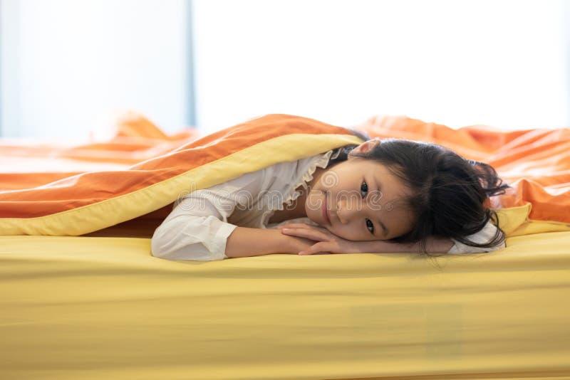Πορτρέτο του μικρού κοριτσιού κάτω από το κάλυμμα στην κρεβατοκάμαρα στο σπίτι, chi στοκ φωτογραφίες με δικαίωμα ελεύθερης χρήσης
