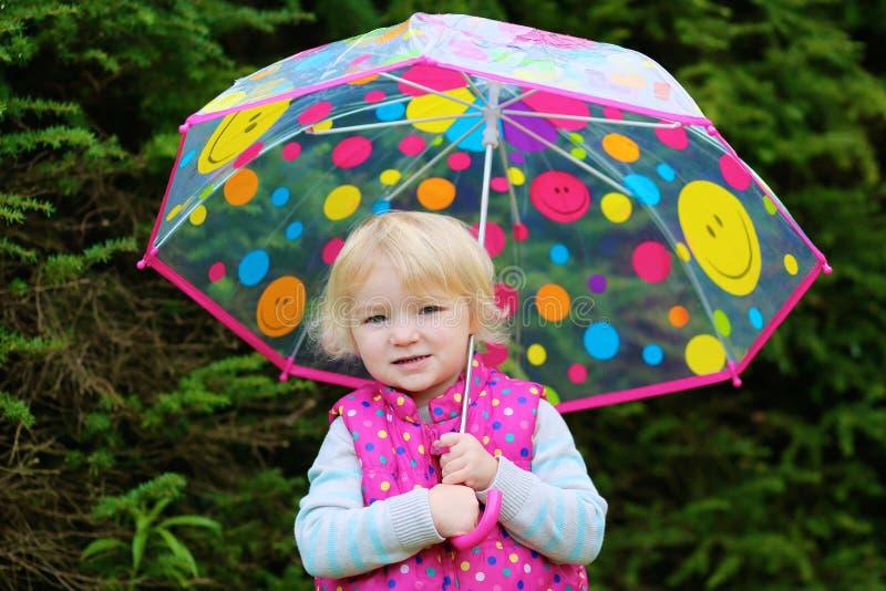 Πορτρέτο του μικρού κοριτσιού με την ομπρέλα στοκ εικόνες με δικαίωμα ελεύθερης χρήσης