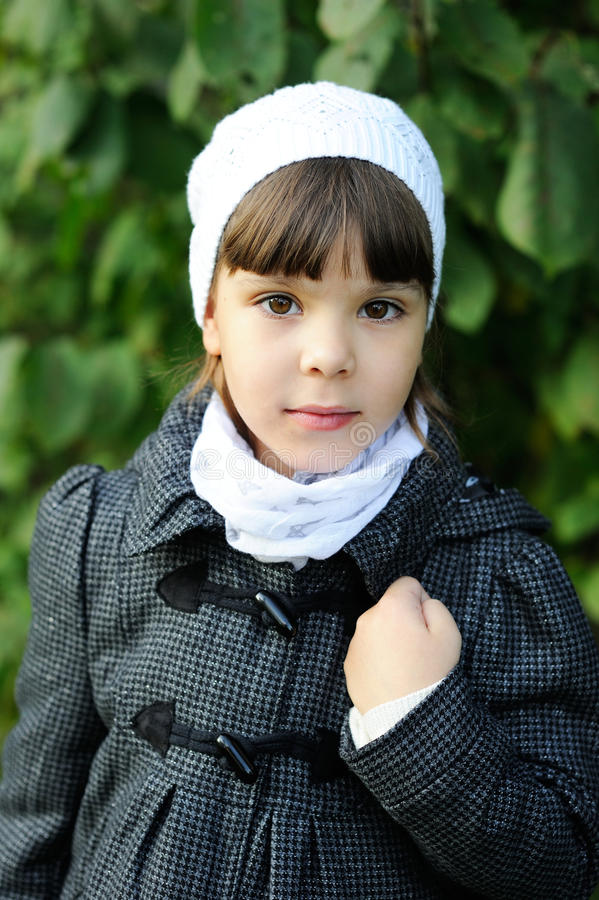 Πορτρέτο του μικρού κοριτσιού στο άσπρο καπέλο στοκ εικόνα με δικαίωμα ελεύθερης χρήσης